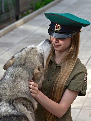 犬が飼い主さんの顔を舐めてくるのは愛情表現だけじゃなかった?!