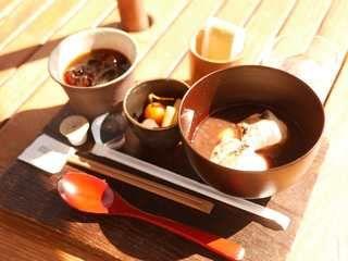 ドリンクとオリジナル菓子、カレーやうどん・蕎麦も提供する「カフェ鞠智 cucuchi-yufuin」屋根ありテラス席、ペット可です