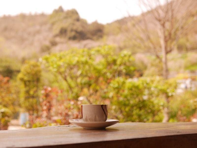 ログハウス風のカフェ喫茶「自家焙煎工房 モカ珈琲」- 庭に広がるバラ園が癒しの時間を演出。テラス席は犬も一緒に入れます。(大分県佐伯市)
